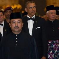 Президент США Барак Обама (второй справа) и Король Малайзии Абдель Халим Му'адзам Шах (слева) во время церемонии приветствия американского лидера на государственном обеде в Куала Лумпуре. Фото: AFP.
