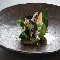 Жареная курица с рикоттой и крапивой  и овощами из семейства крестоцветных в ресторане Брей в Виктории.