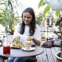 Кулинарный блоггер Лиз Лайонс наслаждается завтраком в Piccolo в Западной Лидервилль. Автор фото: Мария Нирме.