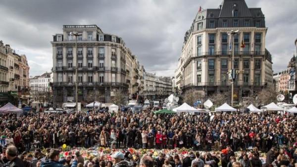 Скорбящие Бельгийцы на Площади Биржи в Брюсселе.