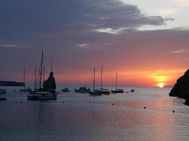 Солнце садится в океан на Ибице.