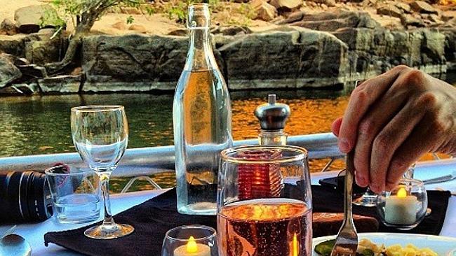 Ужин на закате во время круиза по реке Кэтрин, Австралия.