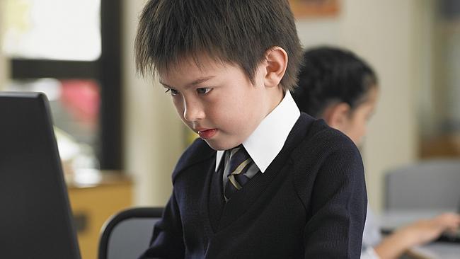 Школьник сдает экзамен NAPLAN онлайн.