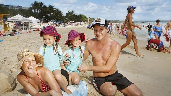 Семья Каррет из Брисбена на пляже Нуса.