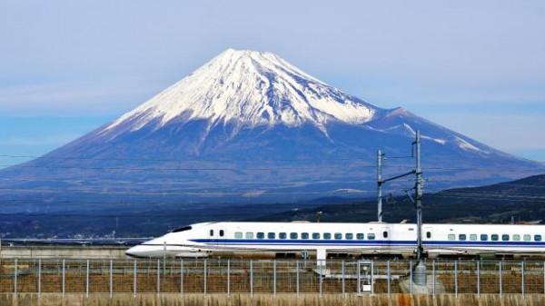 Токайдо Синкансэн в Японии на фоне горы Фудзи.