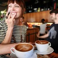 Бариста Сиенна Уэллс и Чарльз Камерон в своем «Курятнике» (кафе Single Origin Roasters) в Серри Хиллз, Сидней, Новый Южный Уэльс.