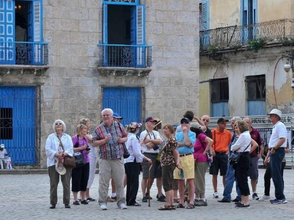 Туристы осматривают достопримечательности Старой Гаваны.