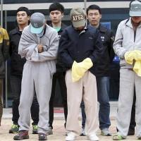 Члены экипажа затонувшего парома Sewol арестованные в Мокпо / Mokpo, Южная Корея готовятся к тому, чтобы предстать перед судом.
