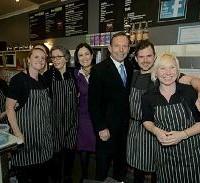 Тони Эбботт позирует с кандидатом Сарой Хендерсон и персоналом в местном кафе в пригороде Джилонга