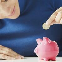 Женщина, экономит деньги в копилку.